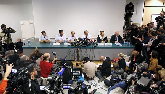 El equipo médico del hospital de Grenoble da una rueda de prensa para informar del estado de salud de Michael Schumacher.