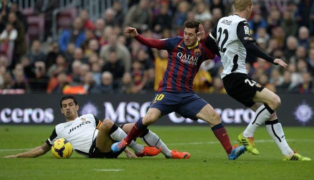 Mathieu y Ricardo Costa roban la pelota a Leo Messi