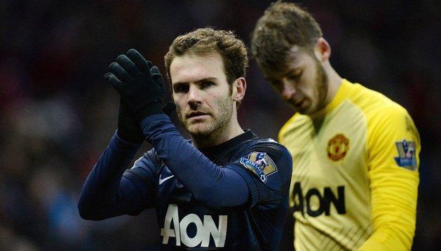 El español Juan Mata, junto a De Gea ante el Stoke