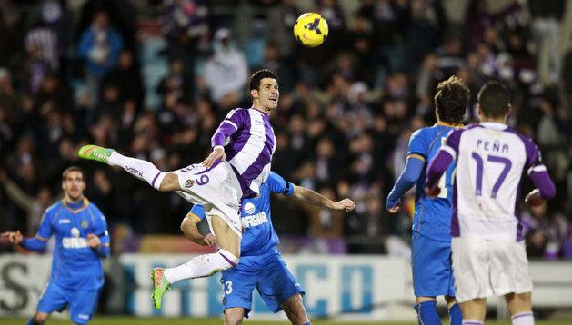 Javi Guerra, del Valladolid, cabecea una pelota contra el Getafe