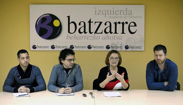 La concejal de Tudela, Milagros Rubio, junto al parlamentario Txema Mauleón (2i), Joseba Eceolaza (i) y Alvaro Carasa, durante la rueda de prensa que han ofrecido este sábado en Pamplona
