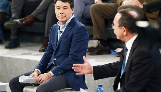 El presidente de la Comunidad de Madrid, Ignacio González, escucha a Enrique Martín durante la jornada de este sábado de la Convención Nacional del PP