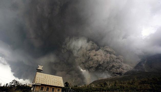 Intensa humareda del volcán Sinabung, en la isla de Sumatra.