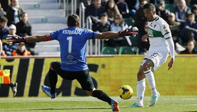 Un gol de Herrera alivia al Elche y lastima al Almería