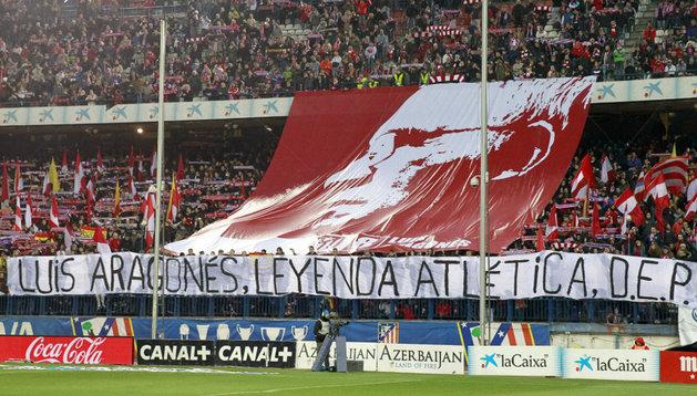 La grada del Calderón lució una pancarta gigante en homenaje a Luis Aragonés