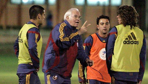 Aragonés y Xavi Hernández, durante un entrenamiento de la Roja