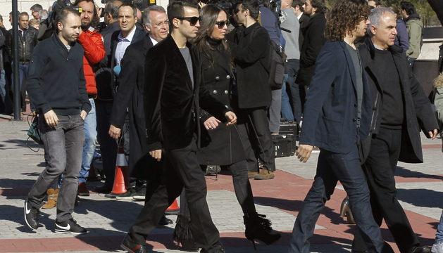 Los jugadores del F.C. Barcelona Carles Puyol (d), Cesc Fábregas (c), y Andrés Iniesta (i), a su salida del funeral de este domingo