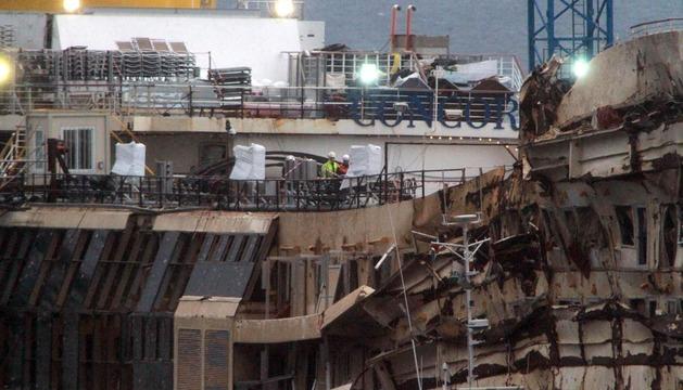 Una vista del crucero Costa Concordia en septiembre de 2013 tras ser enderezado