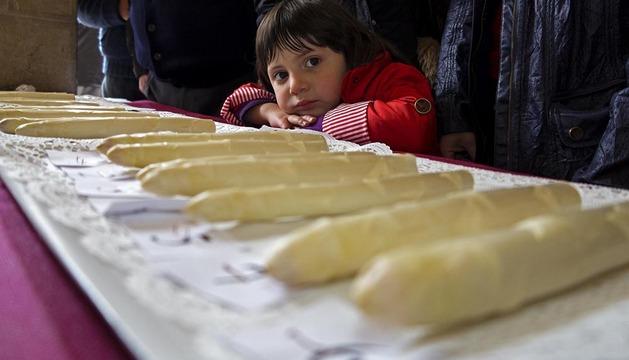 Una niña observa una selección de espárragos en el Día del Espárrago celebrado el año pasado en Dicastillo.