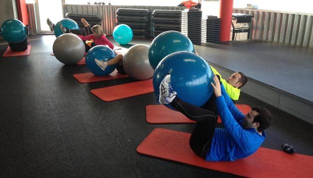 Algunos de los participantes en la sesión, ejercitando su core.