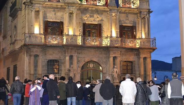La peña Muthiko Alaiak celebra cantando a Santa Águeda