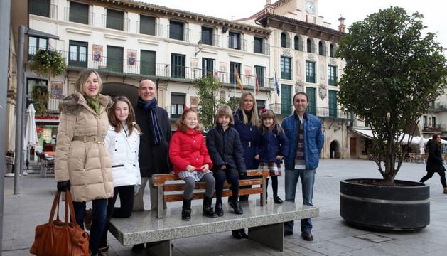 Los niños con sus familias en la plaza de los Fueros
