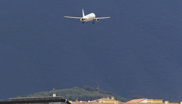Un avión de Vueling, a punto de aterrizar en Noáin