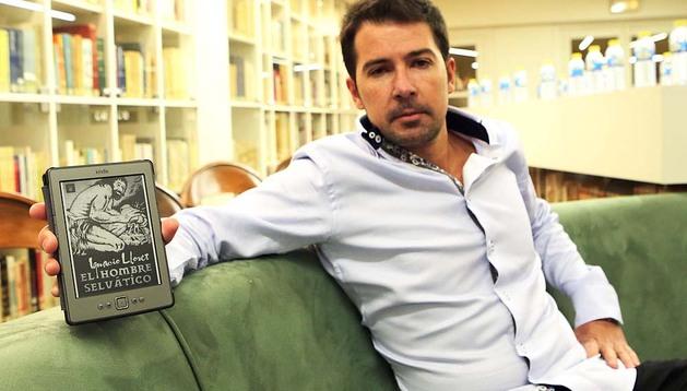 El escritor Ignacio Lloret junto a uno de los 'ejemplares' de su nueva novela, El hombre selvático