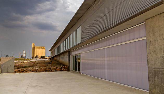 La escuela taller, con el edificio terminado y el silo al fondo