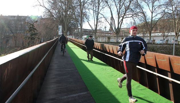 El césped artificial de la pasarela de Labrit.