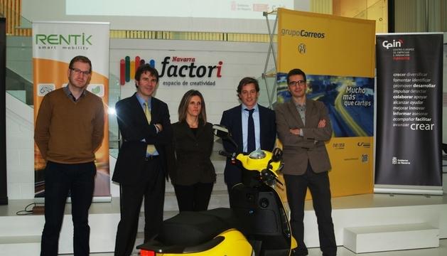 Herrero, Escruela, Tellechea, Ferrero y Herrero, con una de las motos.
