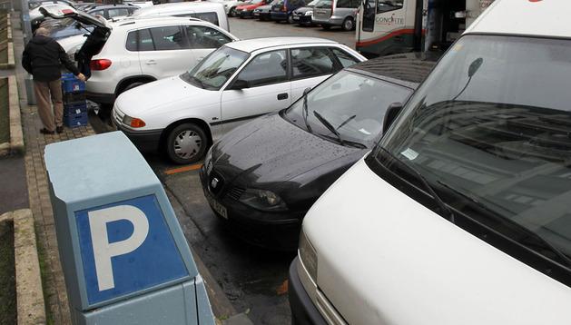 Vehículos estacionados en una zona de aparcamiento restringido en Iturrama