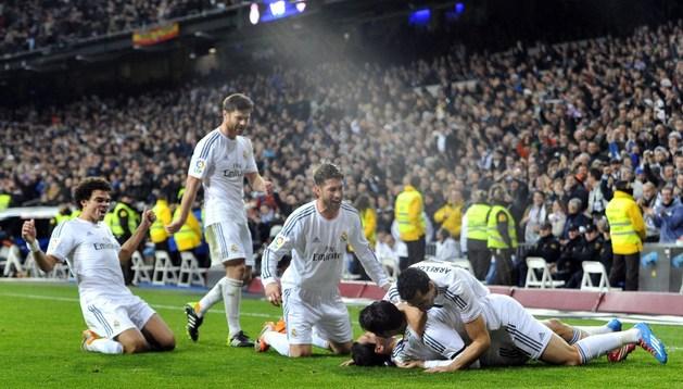Los jugadores del Real Madrid celebra el gol de Di María