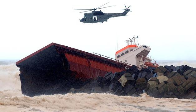 El carguero vasco Luno se parte en dos frente a Bayona