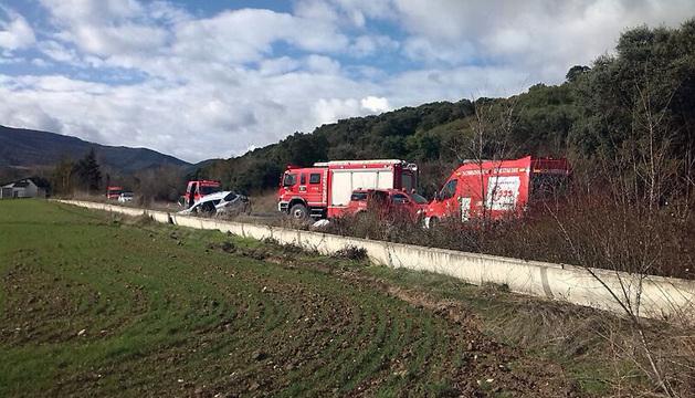 Los vehículos de los bomeros, junto al vehículo accidentado.