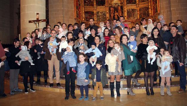 Padres y niños posaron juntos en el presbiterio de la iglesia parroquial de Cintruénigo
