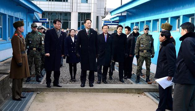 El jefe de la delegación surcoreana y su comisión, de camino a una  reunión con la delegación norcoreana.