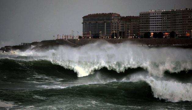 Grandes olas rompen esta noche frente a la playa de Riazor de A Coruña