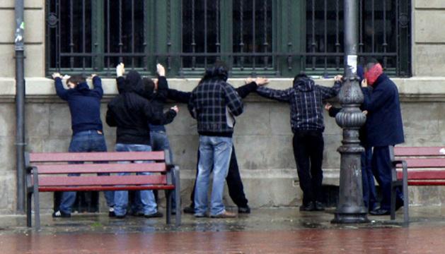 Una operación de la Policía Municipal de Pamplona contra el tráfico de drogas en la calle.