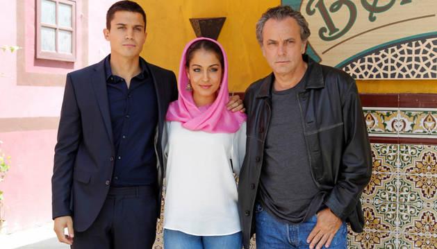 Los actores de El Príncipe José Coronado, Alex González e Hiba Abouk.