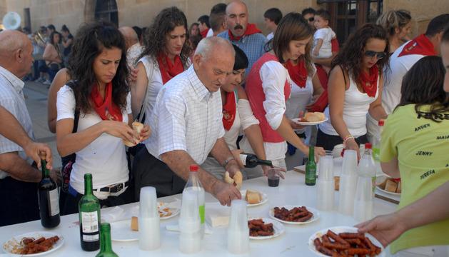 Vecinos de Murillo el Fruto, en una degustación de chistorra