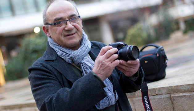 Tomas Watorski, ganador del último reto del concurso Fototuitribera posa en la plaza Sancho El Fuerte de Tudela junto con su cámara