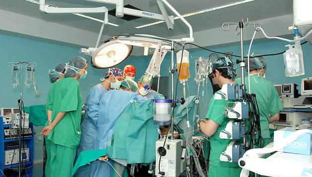 Varios especialistas durante una intervención quirúrgica