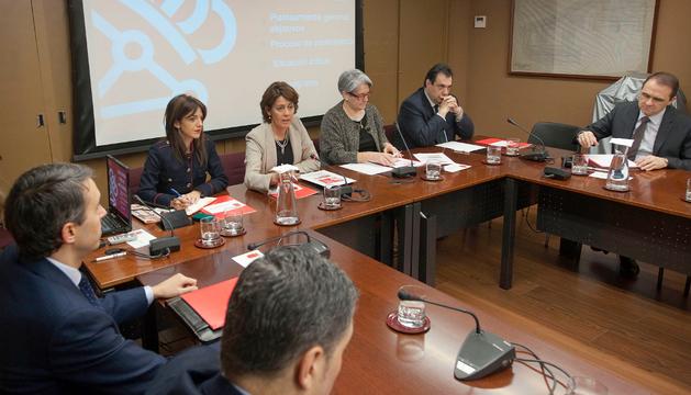 Yolanda Barcina preside la reunión con empresarios para tratar la reforma fiscal.