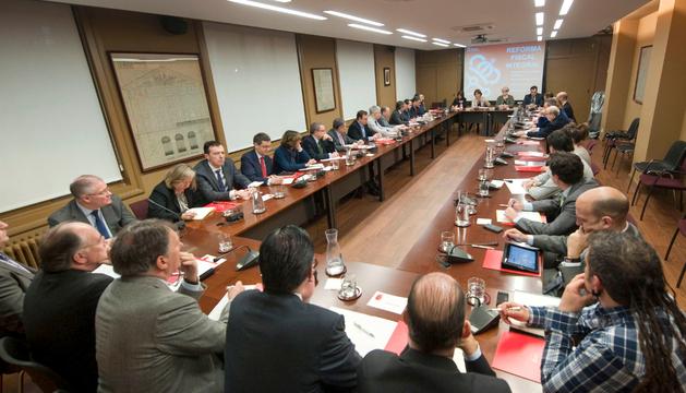 Representantes de veinticinco empresas asisten a la reunión sobre la reforma fiscal.