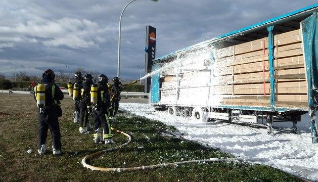 Se incendia el remolque de un camión en el área de servicio de Valtierra