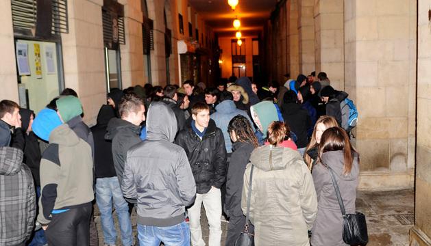 Los jóvenes esperando la respuesta en la plaza de Navarra