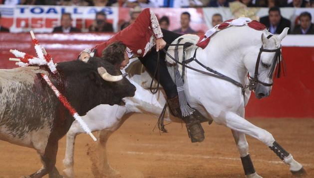 El rejoneador navarro, Pablo Hermoso de Mendoza, lidia su primer toro en la corrida de aniversario del coso mexicano.