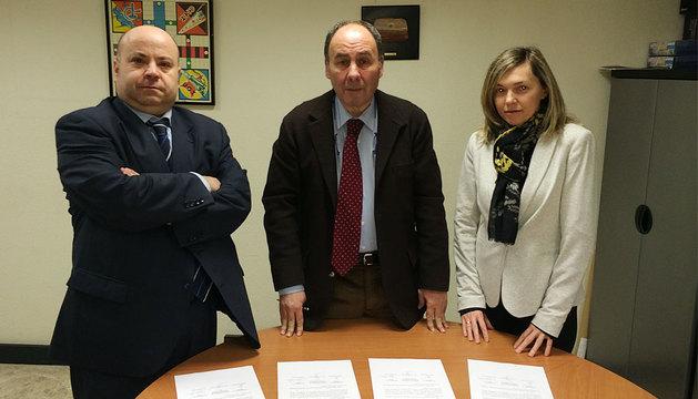 De izquierda a derecha: Calvo, López e Irisarri tras firmar el acuerdo.