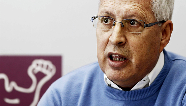 Manuel Fuentes, el responsable federal de la secretaría de Política Municipal de IU, durante la rueda de prensa ofrecida en Pamplona