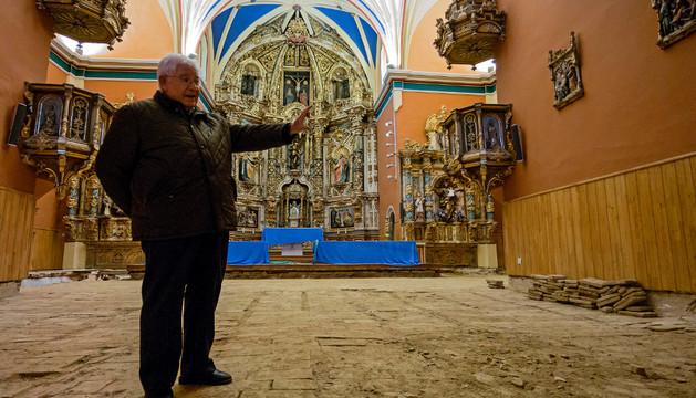 El párroco Ángel Mauleón, sobre el suelo primitivo que se ha destapado