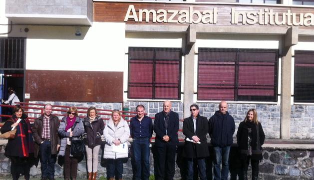 Los Parlamentarios, junto al equipo directivo del IES Amazaba.