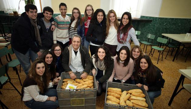 Algunos de los alumnos participantes en el Bocata Solidario del colegio San Francisco Javier de Tudela, junto a los bollos de pan