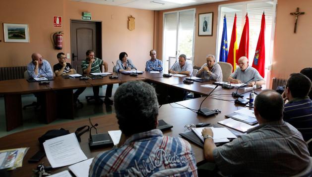 Imagen del pleno celebrado en julio en Beriáin, con asistencia del abogado y asesor Blas Otazu
