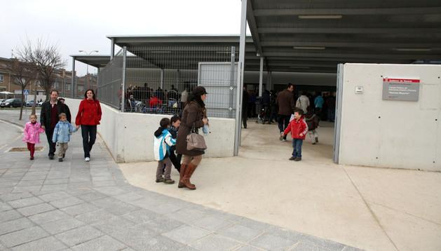 Alumnos y padres del colegio Huertas Mayores de Tudela acceden al centro