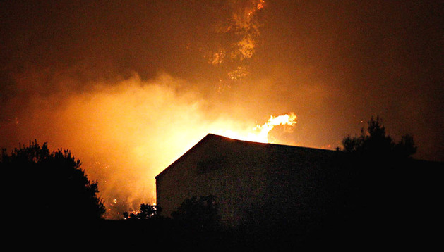 Las llamas acechan una vivienda en Gilet