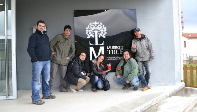 El equipo de grabación japonés posa junto a Chencho Zugasti (izda.) en la entrada del museo