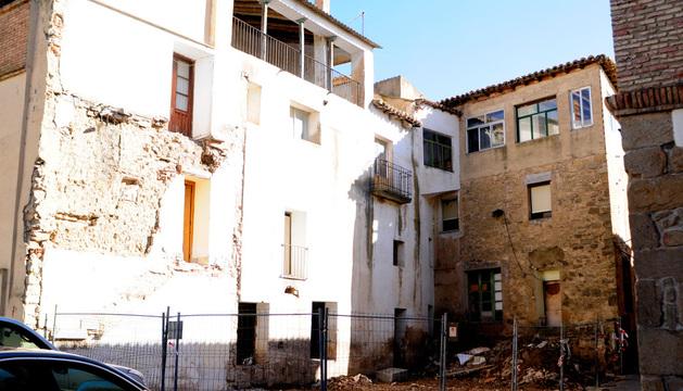 Las obras ya han comenzado con el derribo de la terraza y el patio, por lo que se ha precintado la zona