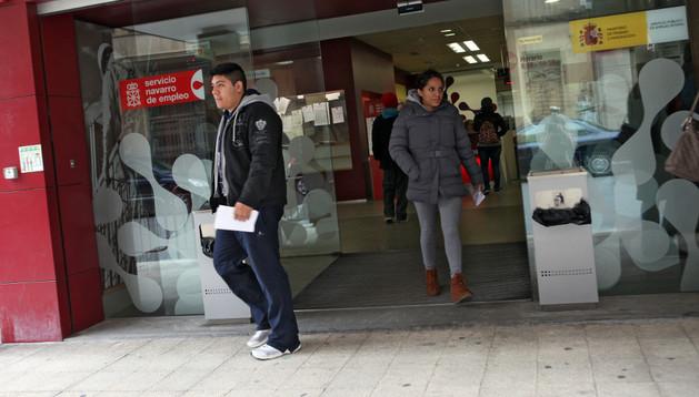 Un hombre y una mujer salen de la oficina del Servicio Navarro de Empleo de Tudela