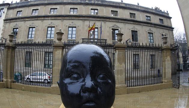 Una de las esculturas instaladas por Antonio López, para 'Occidens', en el atrio de la catedral de Pamplona.